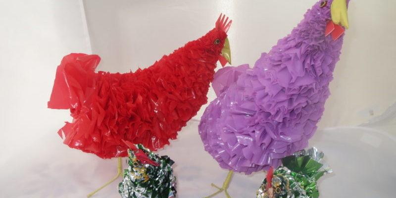 Hühner aus recycelten Plastiktüten