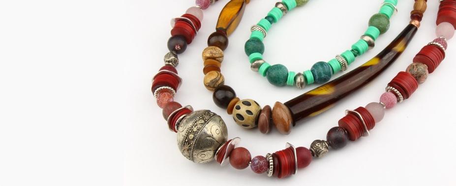 Lieben Sie Afrika oder haben Sie einfach mal Lust auf was Neues? Dann habe ich etwas für Sie: Ketten aus afrikanischen Perlen, traditionell oder modern in liebevoller Handarbeit gefertigt.